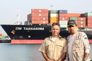רבי החובלים לבית הרצוג יעקב הנתב מימין ואיתי משמאל בעת הכנסת 'צים טרגונה' לנמל אשדוד 2013.