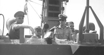 סרן רמי רפאלי מארח את רב אלוף יצחק רבין בגשר ט203. 1965