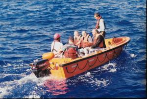 קבוצת המפקדים בעת חקירת שברי הצוללת דקר.