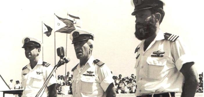 """גדעון רז משמאל מקבל פיקוד על הצוללת אח""""י לויתן צ-75 במרכז אלוף אבהם בוצר מימין סא""""ל אברהם דרור."""