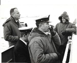 """ביני תלם בהפלגה על אח""""י מבטח בשרבורג לידו מפקד חיל הים דאז שלמה אראל, ומפקד הספינה מיכאל גל"""