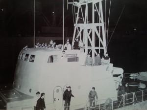 """גשר אח""""י סופה בעת הכניסה לרציף מספנות ישראל. חיים גבע ראשון מימין ליד הפנס"""