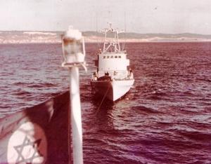 תדלוק ספינת סער על רקע החוף הספרדי