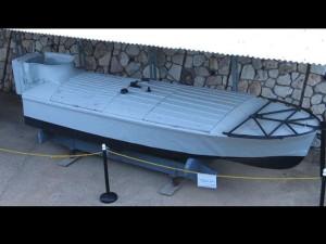 סירת הטורפדו האנושי שתקפה את האמיר פארוק התמונה ממוזיאון ההעפלה וחיל הים.