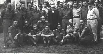 """נשיא המדינה זלמן שז""""ר עם אלופי המטה הכללי של מלחמת ששת הימים. תמונה חתומה"""