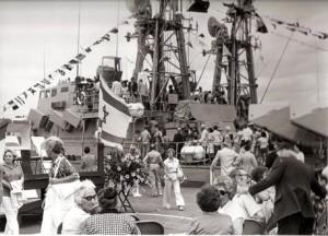 קהל מבקר בספינות בנמל פילדלפיה