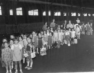 נוער יהודי ממתין בסבלנות לעליה על הספינות בנמל ניו יורק