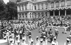 """מחלקת חיל הים בפיקוד רס""""ן בני אריאלי עוברת על פני בימת המכובדים בבטרי פרק ניו יורק."""