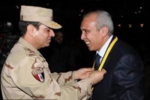 """שר ההגנה המצרי מוחמד א-סיסי מעניק את העיטור לרס""""ן ימי נביל מחמוד עבד אל-והאב."""