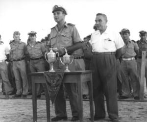 מפקד שייטת 13 מחלק גביעים למתמודדים בתום יום ספורט שייטתי.