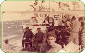 הכותב ראובן זאק בקדמת התמונה ברקע יושבים משמאל לימין אלוף אראל, שר הביטחון משה דיין אלף גביש.