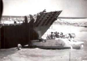 """נגמ""""ש דוחף נחתת שנתקעה בחוף העמסה בעת מבצע רביב."""