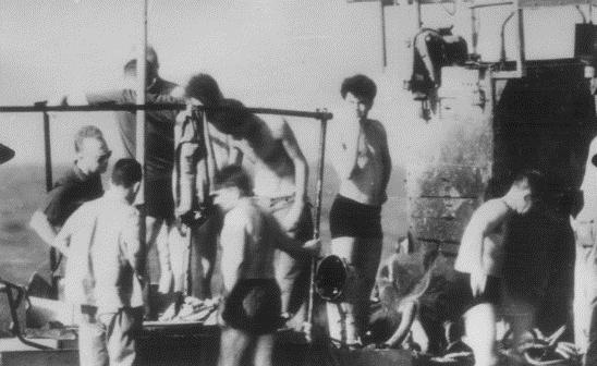 אלוף פיקוד צפון יצחק רבין מבקר בספינת המשמר.