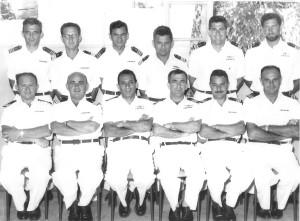 חניכי זרוע הים בקורס פיקוד ומטה מנחם שלישי מימין בין העומדים 1958.