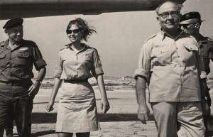 """ברכה ליכטנברג  כיום אטינגר שניהלה את פעילות החילוץ מבח""""א אל-עריש מלווה את ראש הממשלה בביקור בטייסת."""