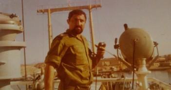 """רס""""ן אריה גביש על גשר אח""""י בת גלים 2 בעת תמרון במעגן שארם א-שייח' 1979"""