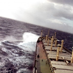 א/מ מצדה מתקדמת בים גלי. הצילום  קדם להארכתה.