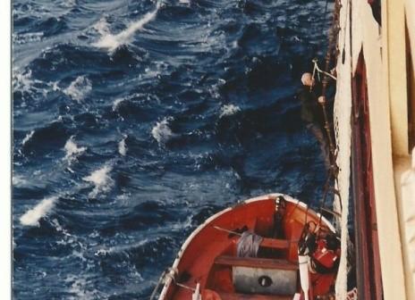"""הניצול האחרון -13 מטפס מסירת ההצלה לסיפון """"צים מיאמי"""" מרץ 1982."""