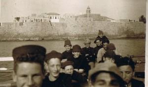 בסירת חתירה ליד חומות עכו סמושי שני משמאל