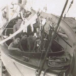 """בני המחזור בסירת המנוע של אח""""י חיפה התלויה על המנופים לפני הורדה למים"""