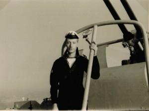 הלל סמושי מתחת לתותח הנגד מטוסים.