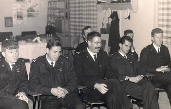 """סיום קורס קציני גנ""""ק שעבר את הטיבוע.  מימין לשמאל קלמן כץ,  אמיל שרביט, חיים גבע, גדעון ינאי ומיכאל קורן. כולם בדרגת סגן"""