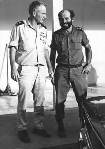 מפקד השייטת יומי ברקאי עם מפקד חיל הים ביני תלם לאחר קרב לטקיה.