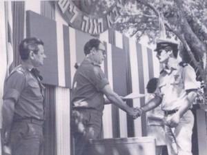 """סגן נמרוד ארז מקבל ציון לשבח מידי הרמטכ""""ל מרדכי גור בטקס בקריה ספטמבר 1975."""