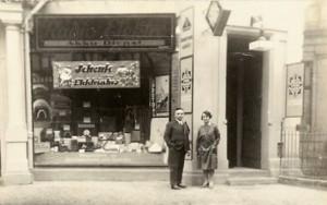 מקס ואשתו לפני החנות בברלין