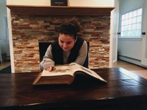 """נכדתי, קרין-ציפורה ברגר, מעיינת בספר התנ""""ך העתיק"""