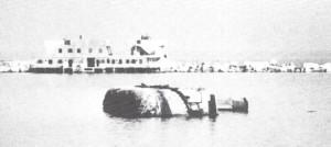 מחפר שחובל על ידי הצוללים בנמל אלכסנדריה והתהפך.