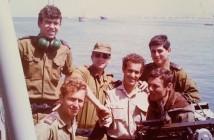 """סגל קציני אח""""י סופה נפרד מקצין המכונה רוני איילון מרץ 1971"""