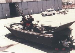 """סירת מחבלים עם רקטות ותותח 20 מ""""מ דו קני על החוף בנמל אשדוד"""