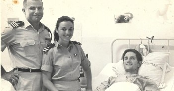 """סא""""ל יצחק שושן וסרן רינה לוי מבקרים את דני גל הפצוע בבית החולים נובמבר 1967"""