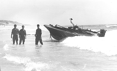 הסירה שנרדפה על ידי הדבור 909 החיפה בחוף שומם מדרום לניצנים