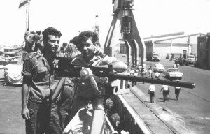 שפלר משמאל עם אריה מרמרי מימין למחרת הקרב בנמל אשדוד