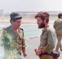 """סא""""ל מייק אלדר משמאל וסרן דני כרמלי מימין, בחוף ההעמסה בנהריה 7 ביוני 1982"""