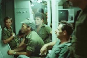 """מפקדי ההכח הנוחת בחדר המבצעים של ספינת הפיקוד, אח""""י גאולה,  מימין לשמאל: עמוס ירון יורם יאיר המג""""ד רלי וקצין הקשר עידו רטן. 6 ביוני 1982. (צילום יוסי בן-חנן)"""