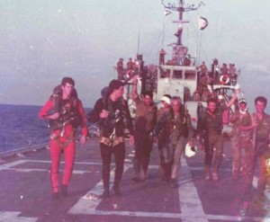 אנשי הצוות מלווים שני פצועים עם לכיוון המסוק לאחר טיפול רפואי כולל עירוי נוזלים שמוחזק גבוה