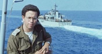 """תא""""ל יוסי בן חנן על סיפון אח""""י גאולה בדרך לאוואלי. ברקע אח""""י בתשבע.6 ביוני 1982 (צילום מאוסף יוסי בן-חנן)"""