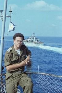 """תא""""ל יוסי בן-חנן על ספינת הפיקוד אח""""י גאולה ברקע הנחתת בת שבע בדרך לנחיתה 6 ביוני 1982"""