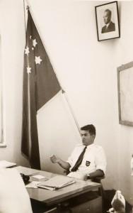 דגל הכבוד של בית הספר לקציני ים במשרד המנהל רב חובל אנריקו לוי