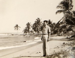 רב חובל אנריקו לוי בגאנה במקום בו יוקם בית הספר הימי 1958.