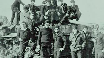 """מחלקת המכונה של אח""""י חיפה על שרידי טנק סורי ברמת הגולן – ינואר 1969 איתן עומד בצד ימין."""