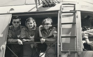 רופא מוטס, טייס  וברכה ליכטנברג פקידת המבצעים בפתח מסוק, 1967