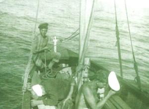 במהלך שיוט הערים אוקטובר 1953 אריק קרמן אוחז בהגה הסירה
