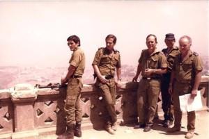 ביקור סגל מספן המודיעין בצידון אוגוסט 1982. דני גזית שני משמאל