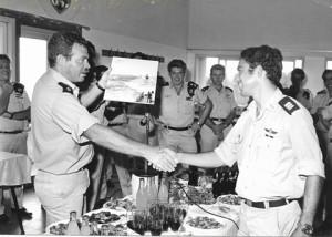 סרן איתן לביא מקבל  תמונה כהוקרה לפעילותו ממפקד השייטת אלי רהב 1975
