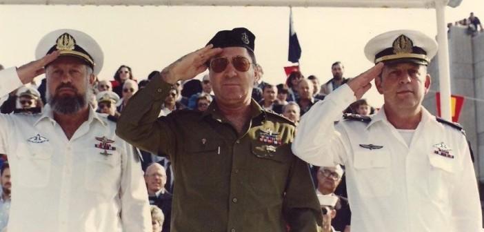 """החלפת פיקוד חיל הים מאלוף אברהם בן שושן בשמאל לאלוף מיכה רם בימין במרכז הרמטכ""""ל רא""""ל דן שומרון, 1 בפברואר 1989."""