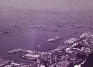 """נמל גיברלטר במבט מההר. אח""""י רשף עוגנת ברציף בפינה הימנית עליונה"""
